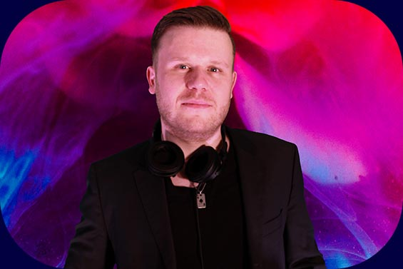 DJ Nick Otronic aus Bremen am Deck