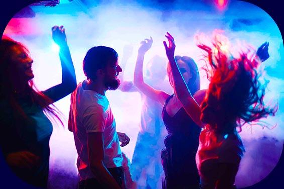 Junge Leute feiern auf einer Party