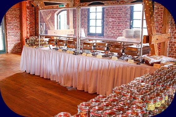 Hochzeitsbuffet mit Weckgläsern