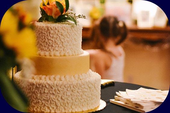 Leckere Hochzeitstorte und Kind im Hintergrund
