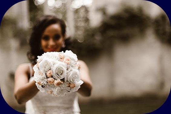 Braut hält Strauß in die Kamera