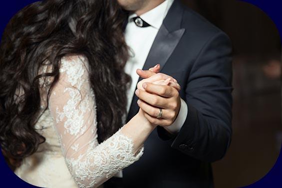 Hochzeitspaar tanzt ihren Eröffnungstanz