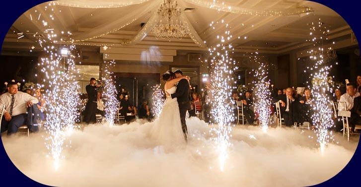 Eröffnungstanz auf Hochzeit mit Trockeneis und Feuerwerk