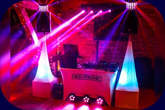 DJ-Anlage in Aktion in Magenta-Licht
